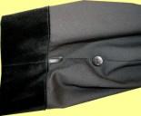 Für ein bequemeres Schreiben können Sie die Ärmel schnell und unauffällig kürzen. Bei einer Wasmer-Robe natürlich nicht mit schlichten Druckknöpfen, sondern stilecht mit Knopf und Schlaufe.